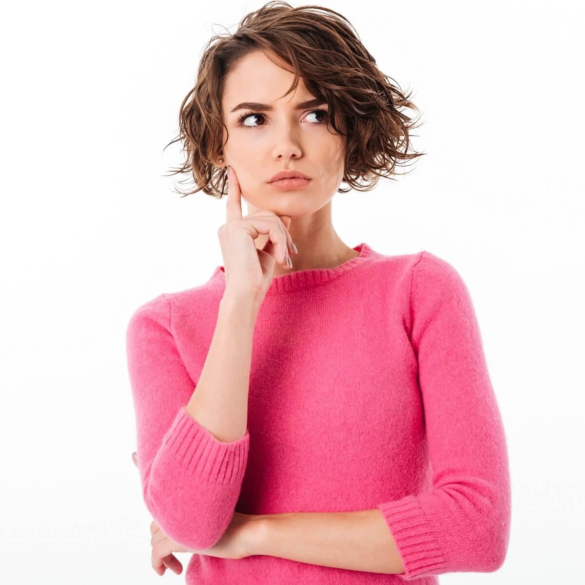 仮説思考をしている女性の写真。