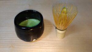 手びねりで作った黒の抹茶じゃわん。筆者が作成。緑の抹茶と黒の器がとても映えている。