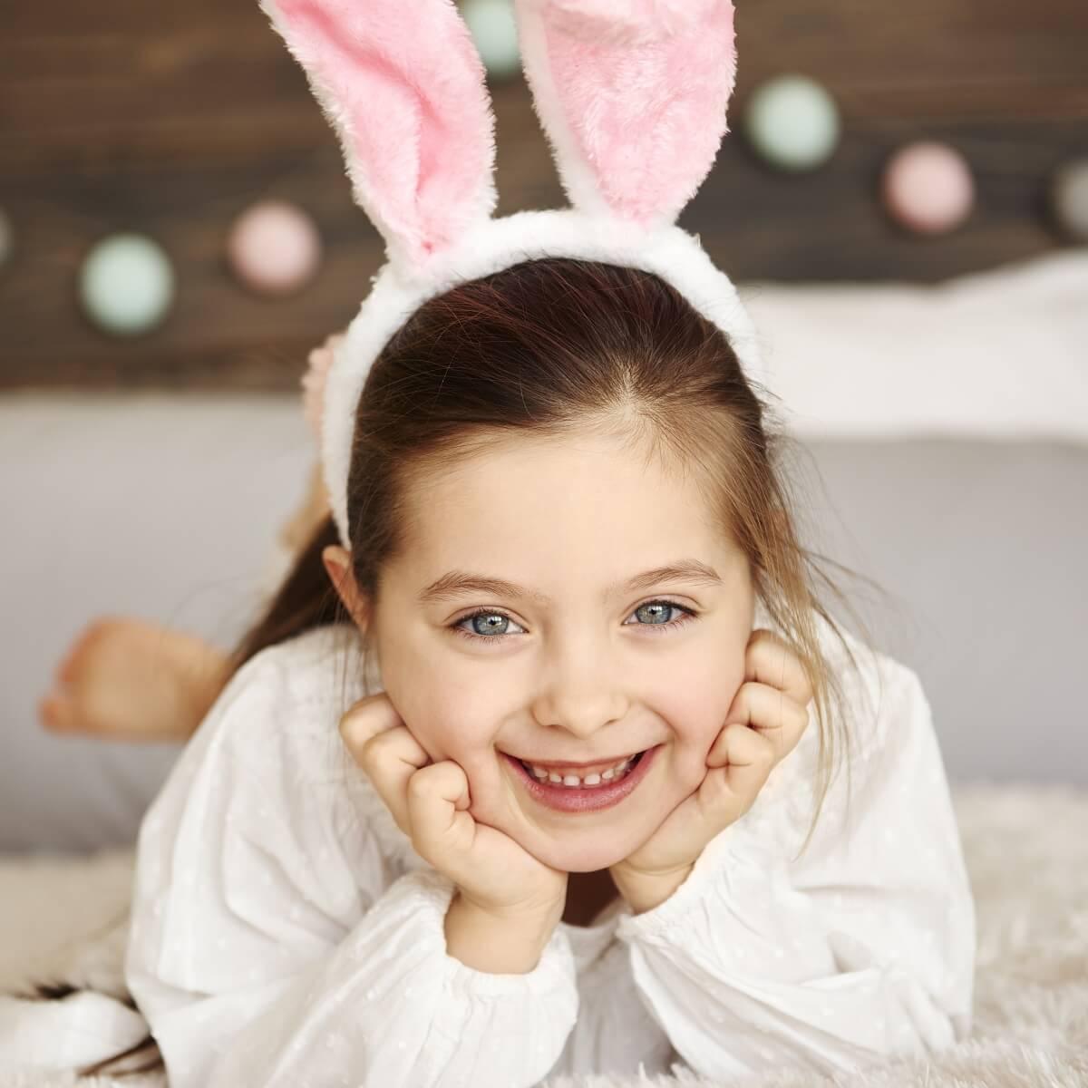 子供がウサギの耳を付けている様子。
