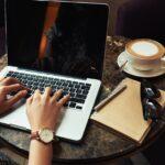 カフェでブログを書いている様子。