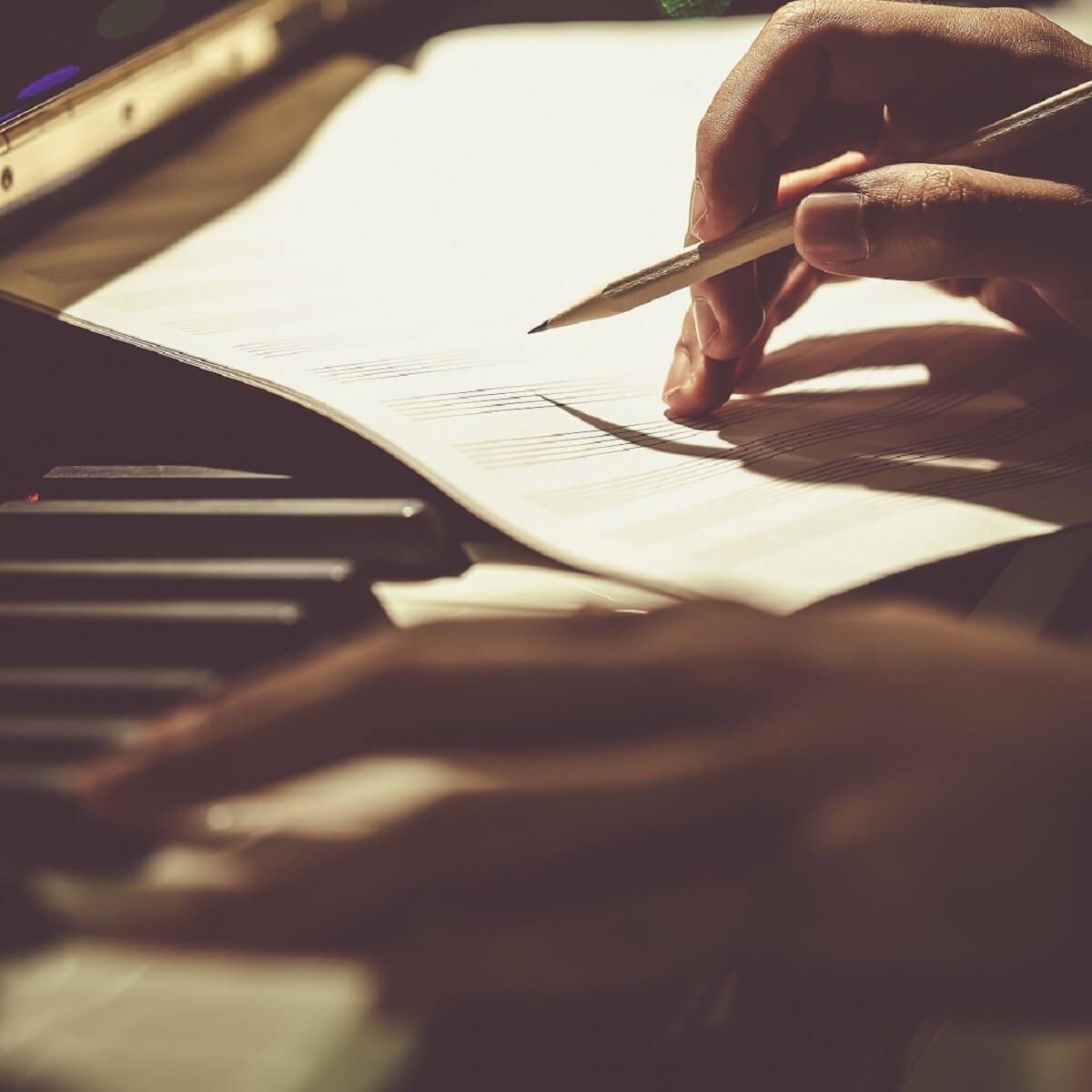 ピアノで作曲している様子。