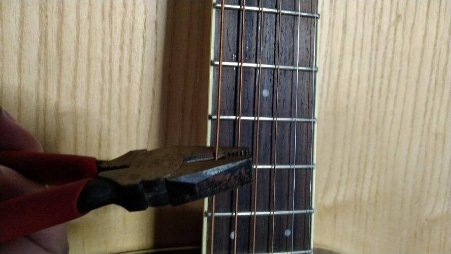 弦をニッパーで切断している画像