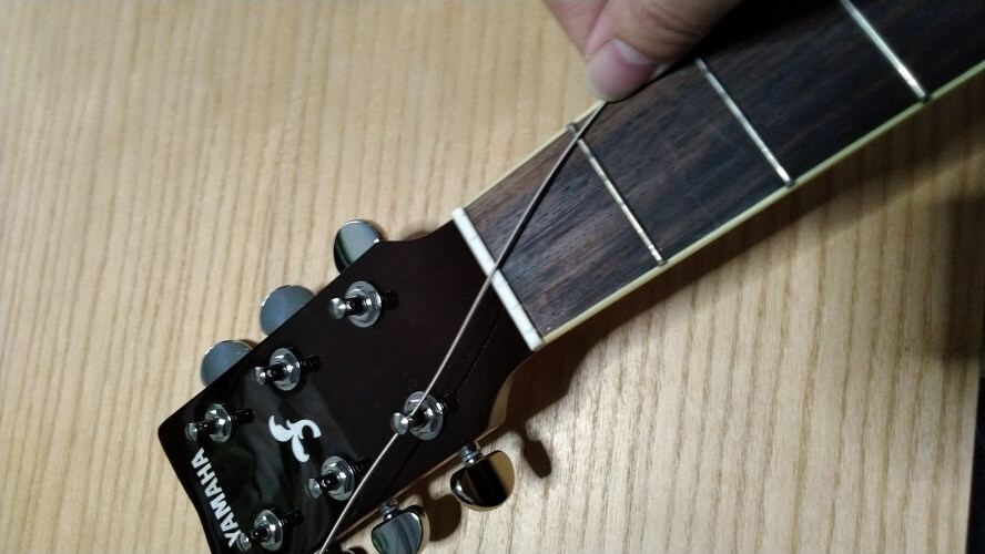 弦を弛ませている画像
