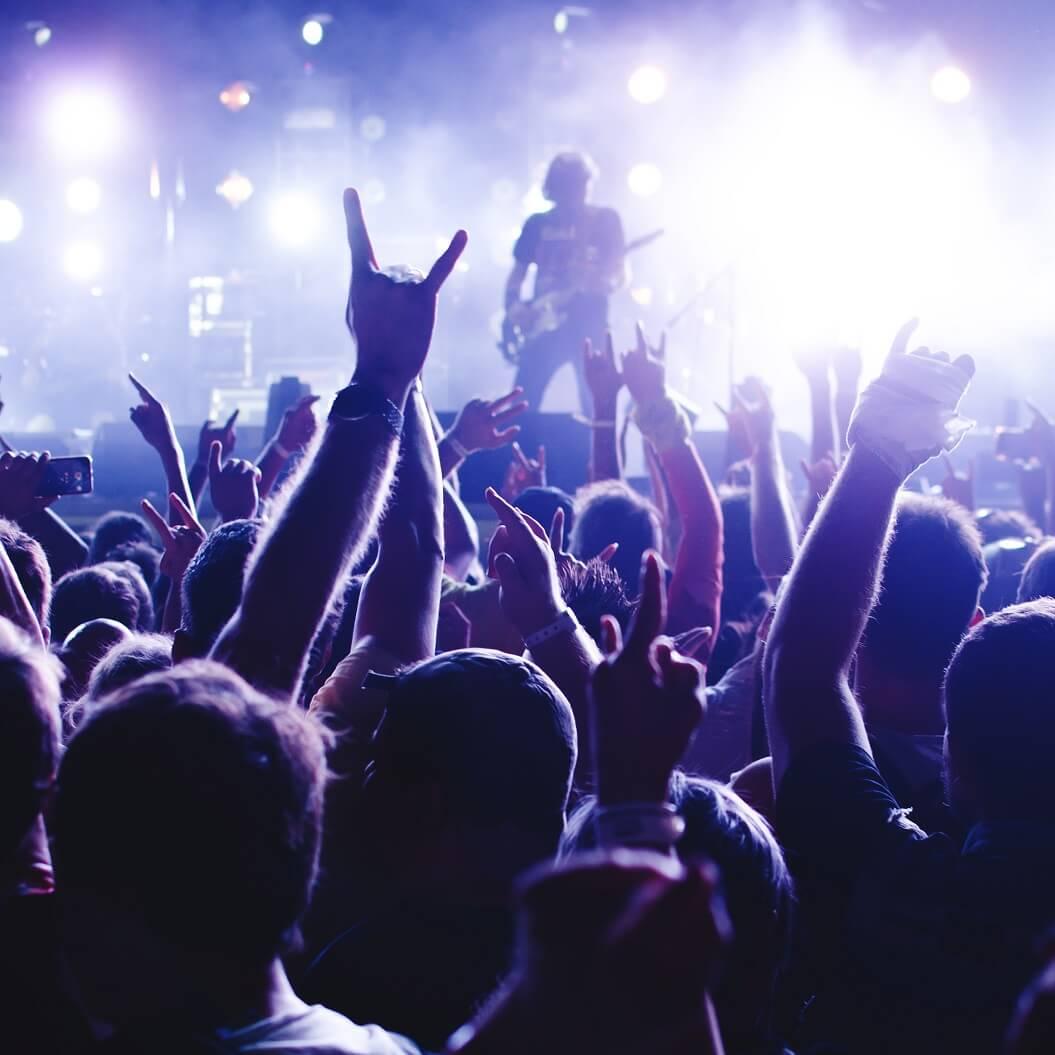 ライブでバンドマンが演奏している様子