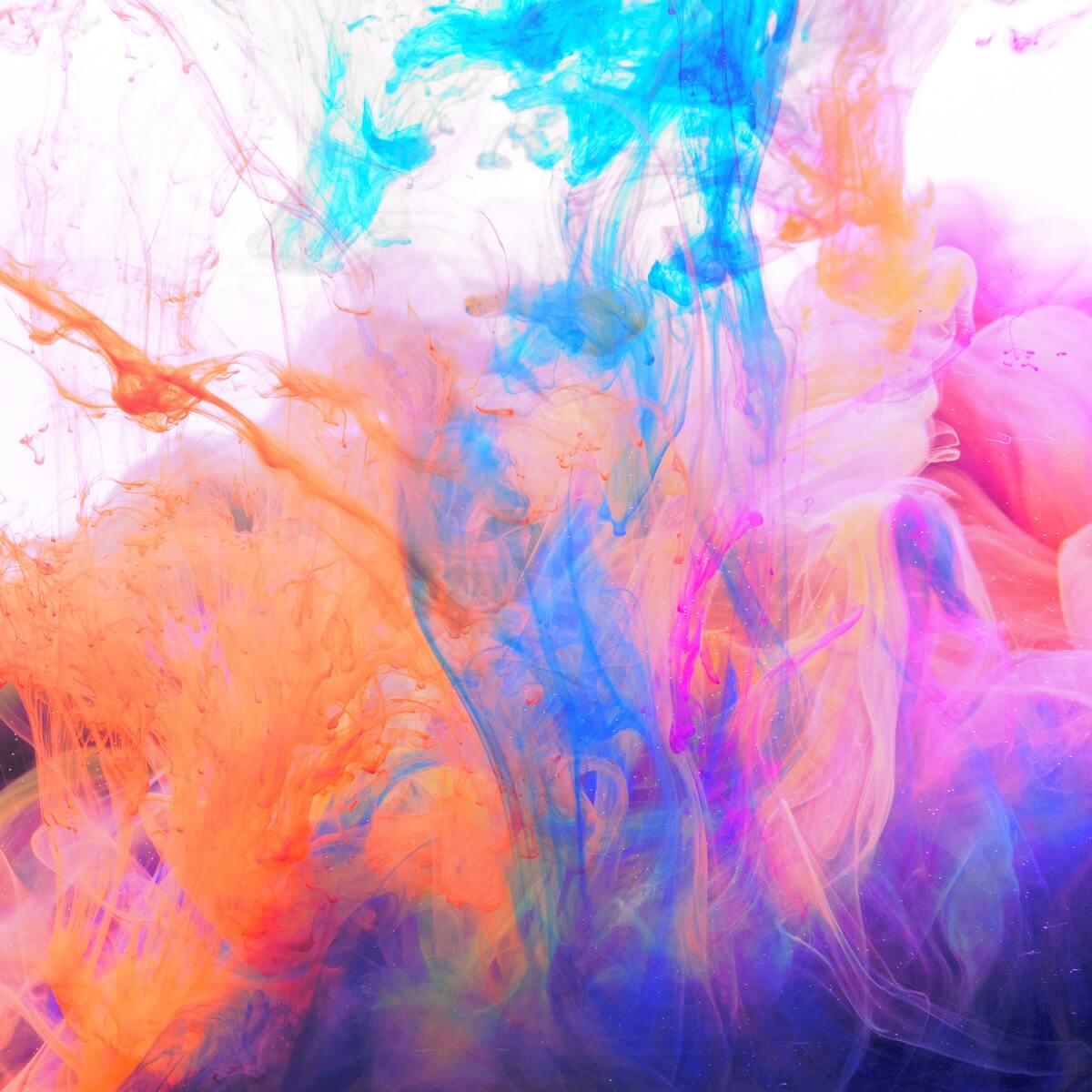 染料が水の中で混ざっている様子。