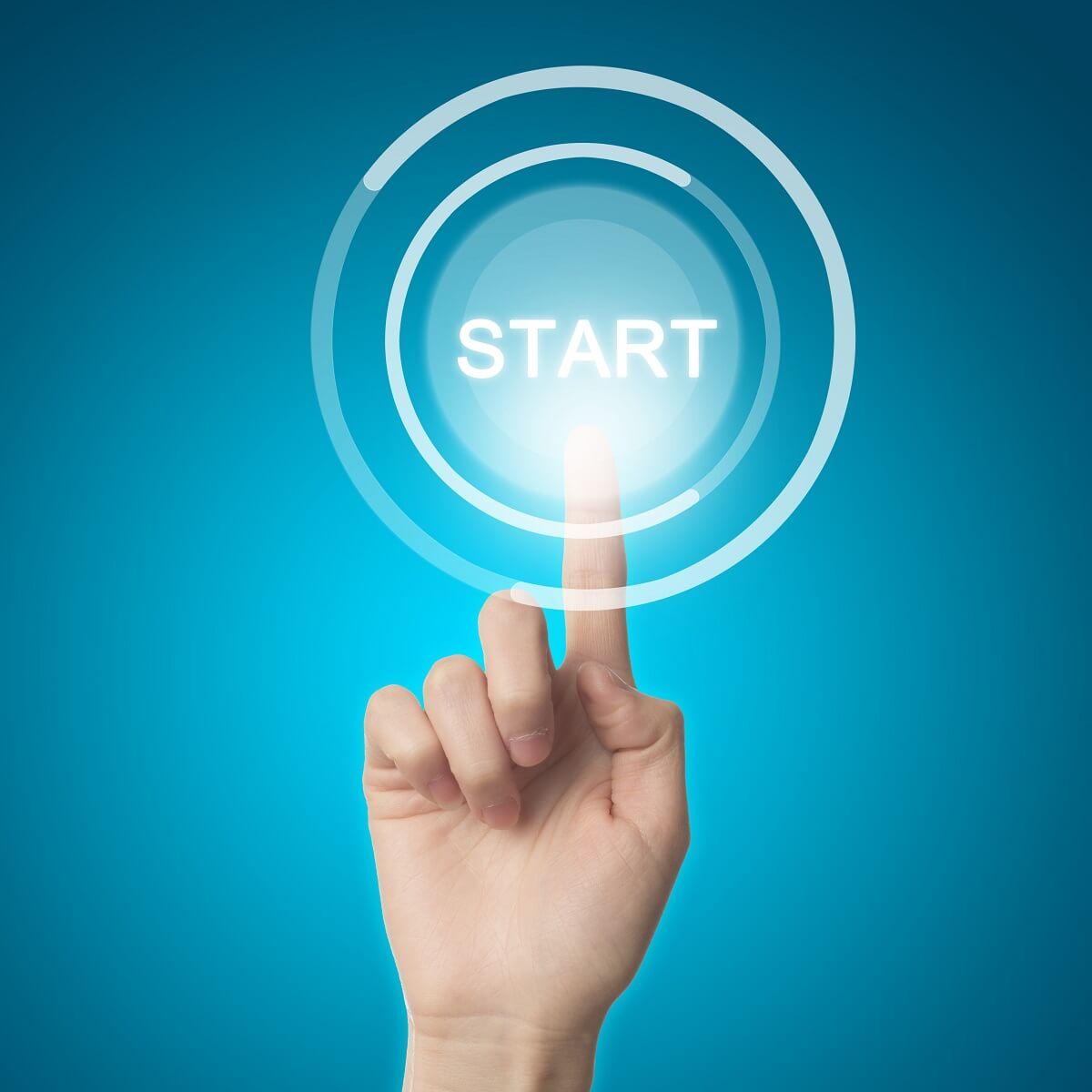 STARTのボタンを人差し指で押している様子。