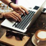 カフェでブログを書く様子。