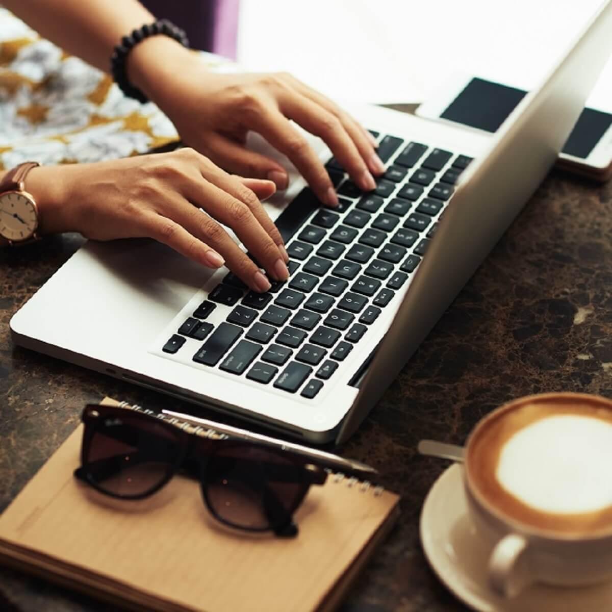 カフェでブログを書く様子
