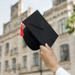 大学を卒業して帽子脱いだ様子の写真