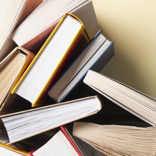 たくさんの本を上から映した写真
