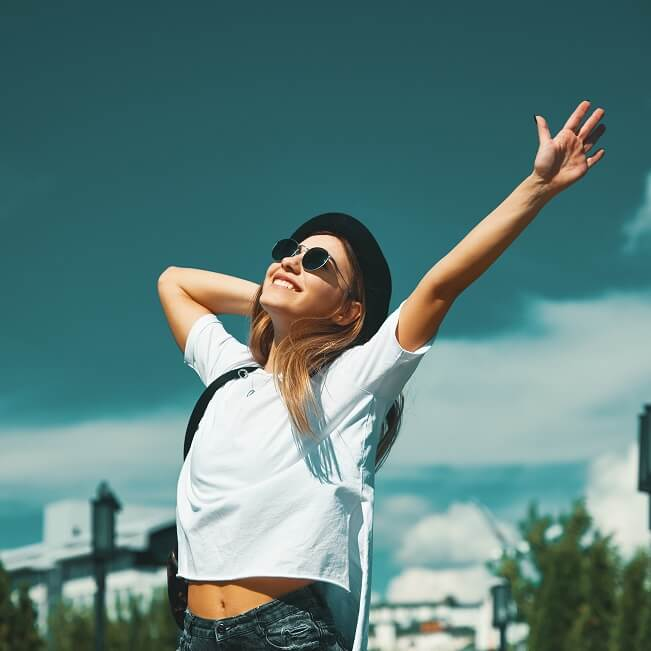 大空に手を伸ばす女性