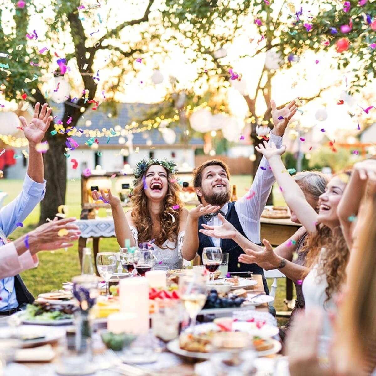 友達に結婚を祝ってもらっている様子。