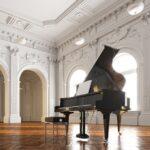 美しい建物の中にグランドピアノが置かれている様子