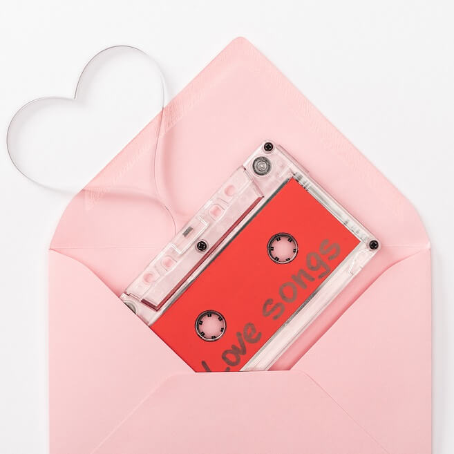 ピンク色の封筒にLove Songと書かれたカセットテープが入っている写真