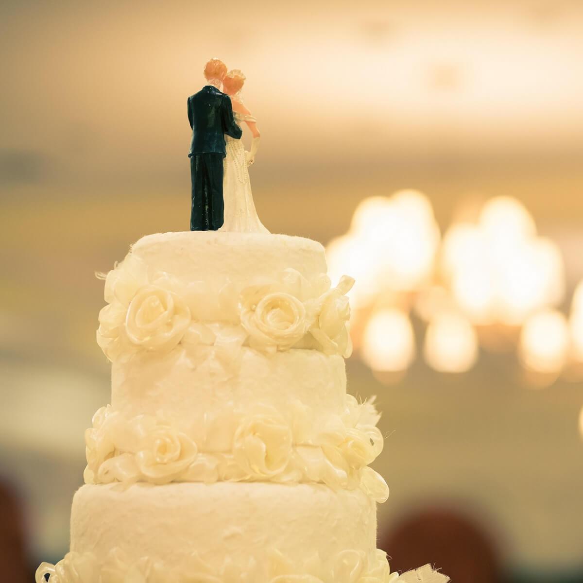 結婚式のウエディングケーキの写真。