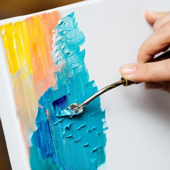 キャンバスに絵を書いている様子