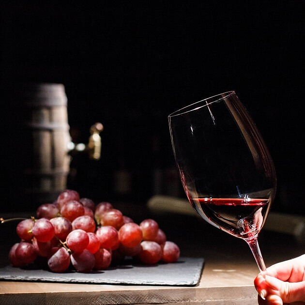 女性がワイングラスを傾けている様子