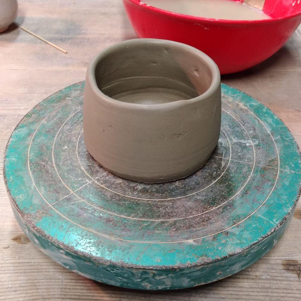 手びねりで作っている最中の抹茶茶碗