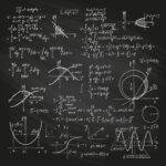 黒板に数式を書いている様子。