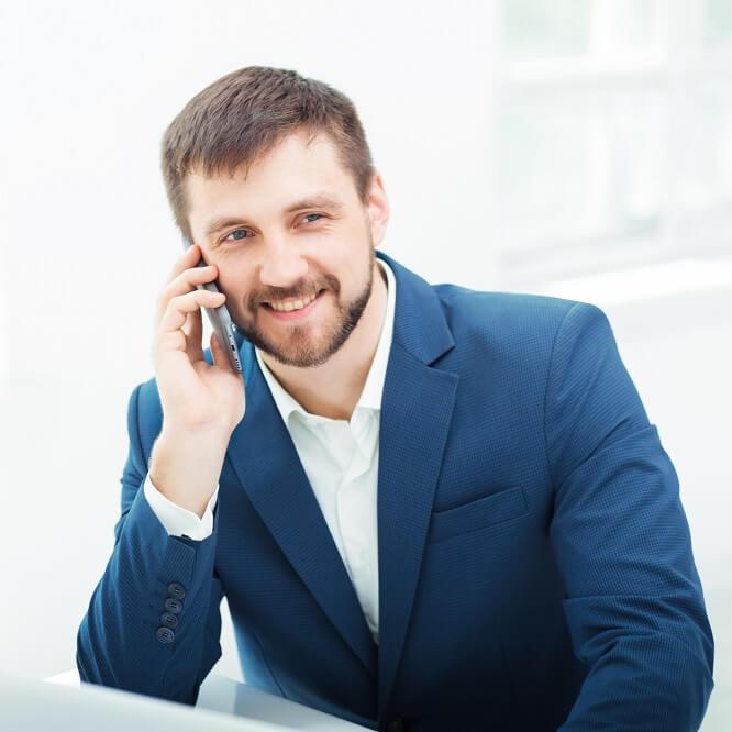 オフィスで電話をするサラリーマン
