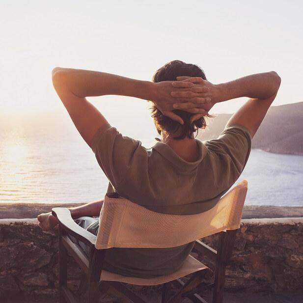 海の前で椅子に座ってくつろいでいる様子
