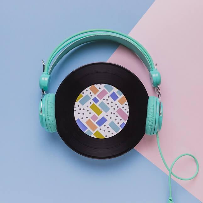 楽曲のCDにヘッドホンがかけられている。