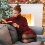 ソファで読書をする女性。