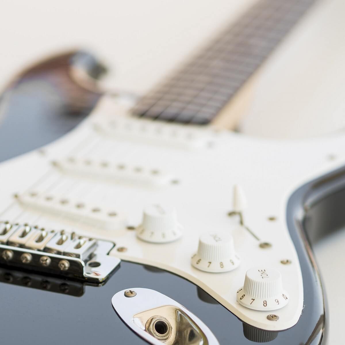 エレクトリックギターを近くで撮影。