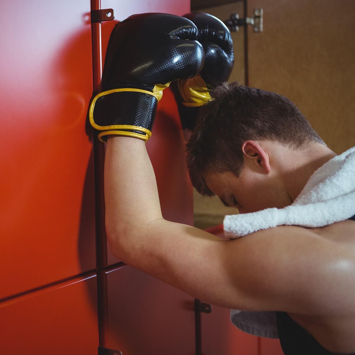 敗北したボクサーの写真。ロッカールームでうなだれている様子。