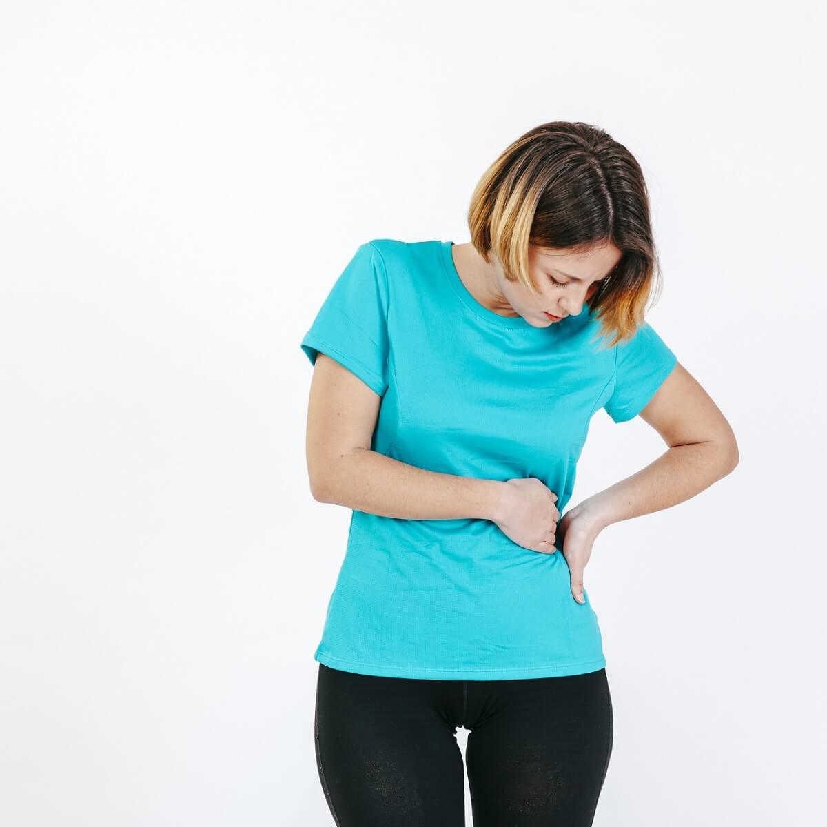 腰を痛めた女性。