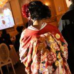 結婚式で上映されているレターソングムービーを新郎新婦が見ている様子。