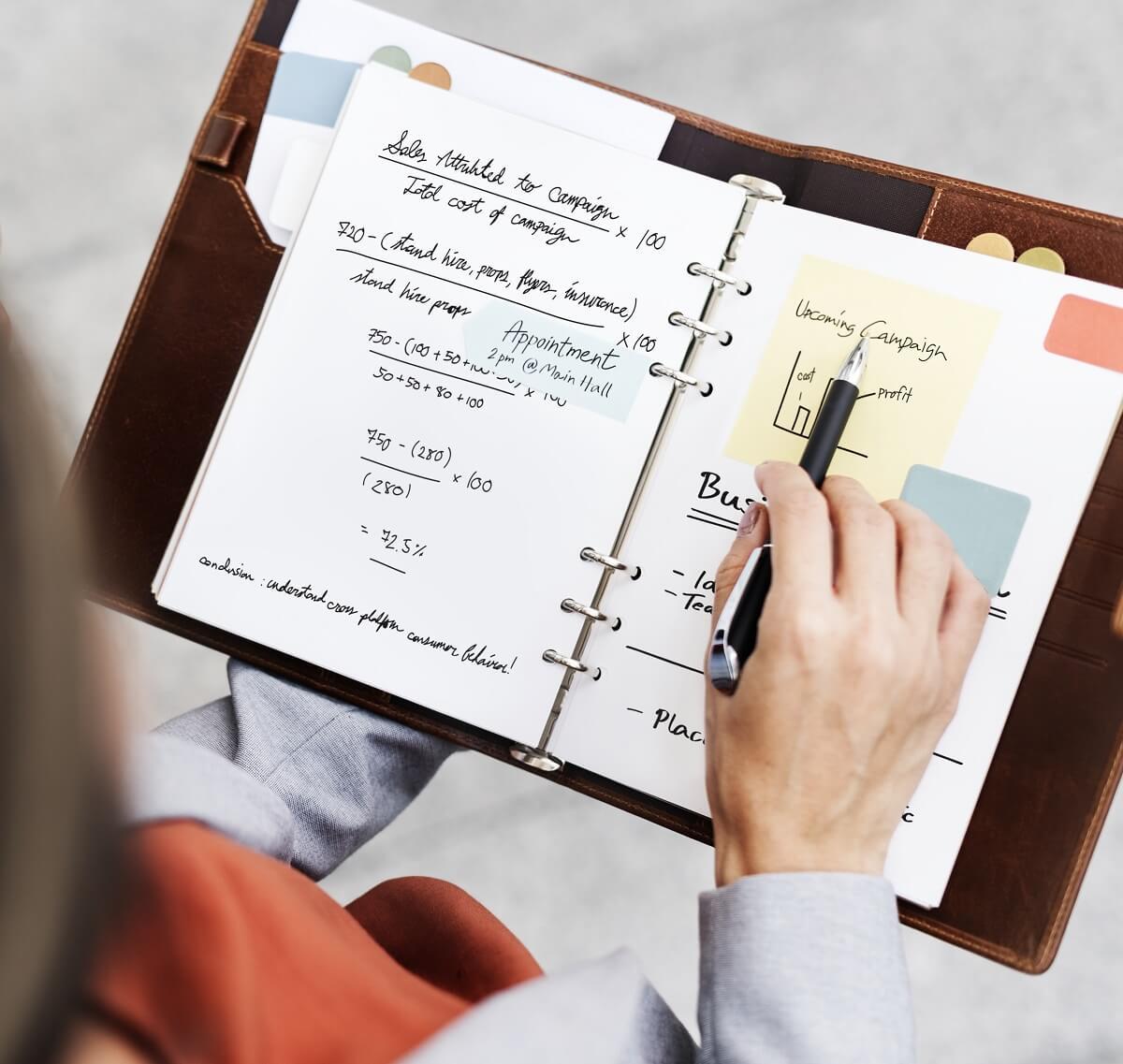 手帳に予定を計画している様子。