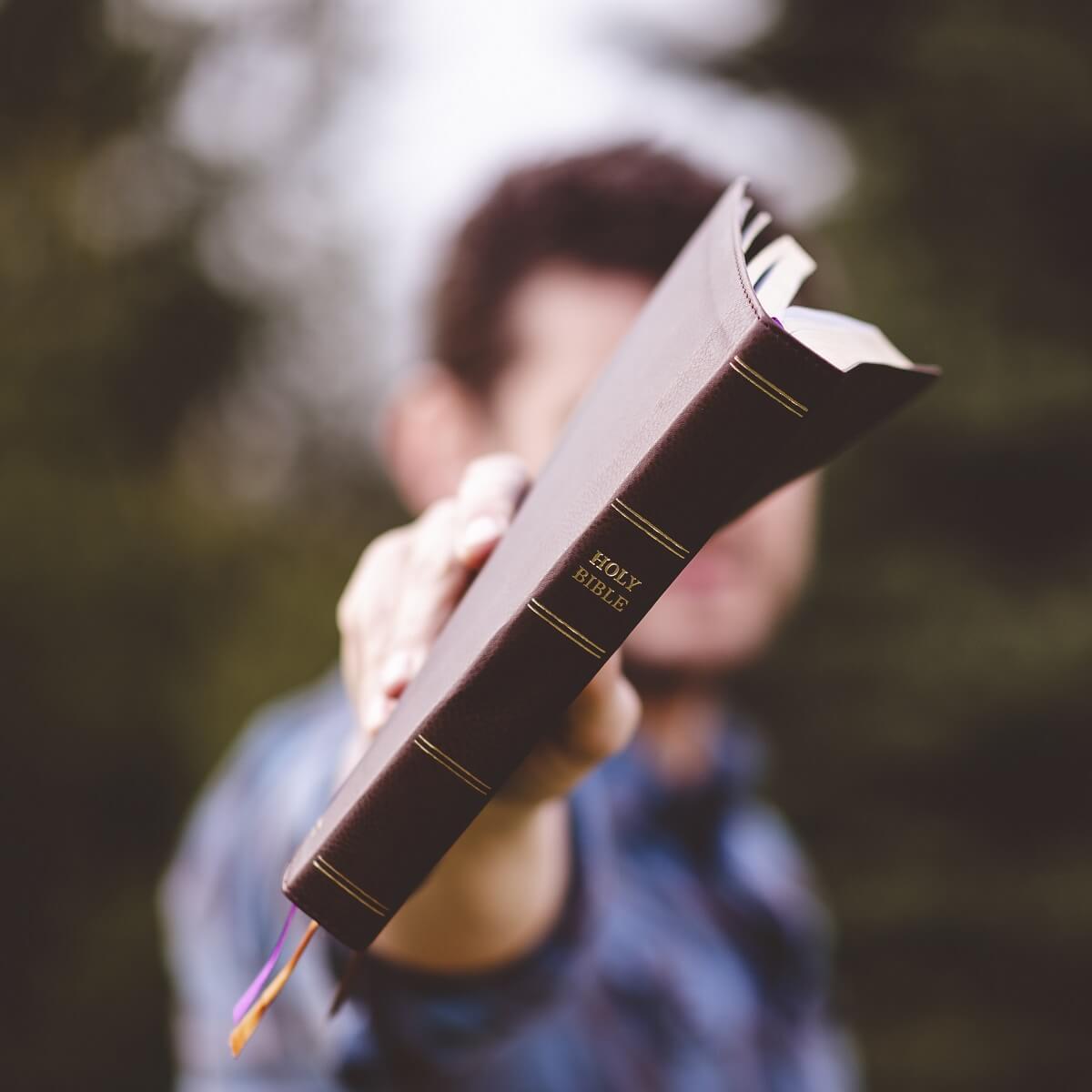 本を手渡しする男性。