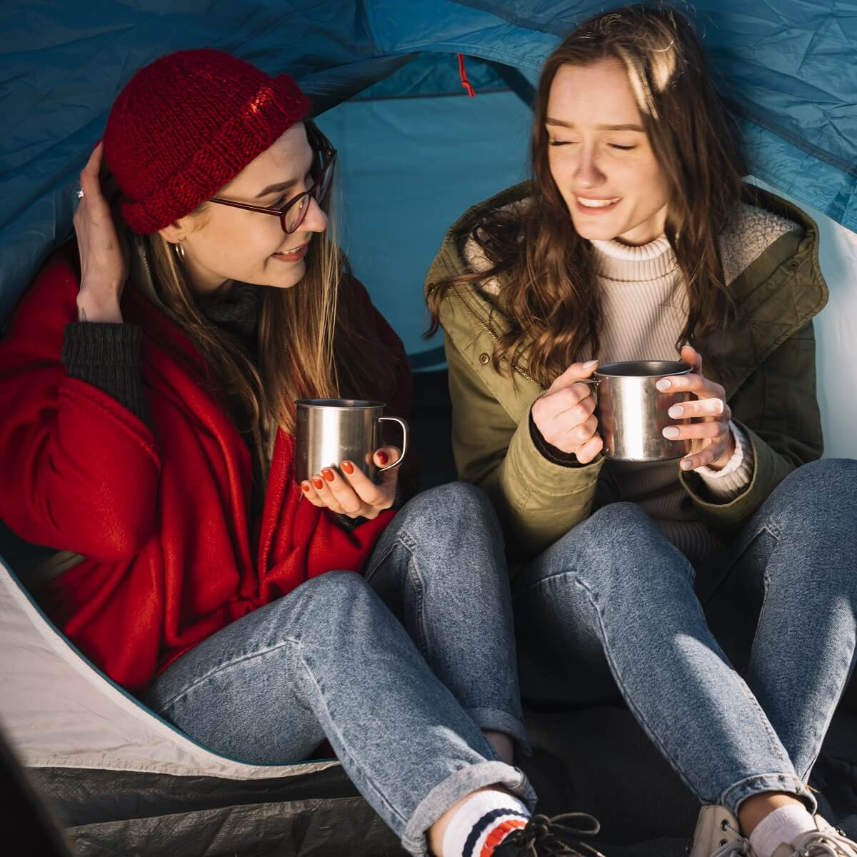 キャンプをする女性2人の写真。