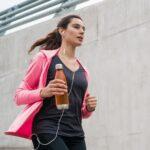 ジョギングをする女性。