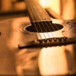 光に反射する美しいアコースティックギター。