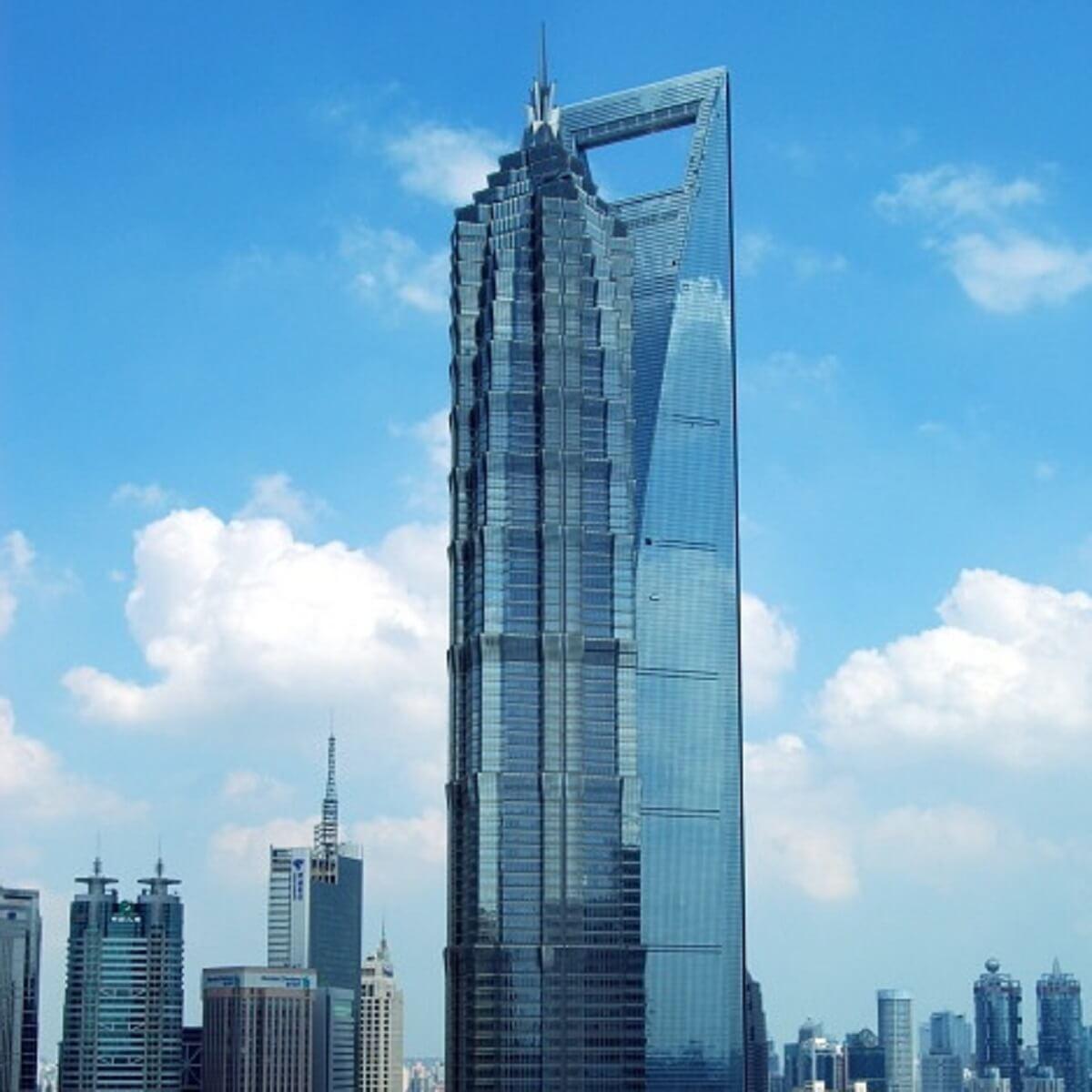 青空の下に立つ高層ビル。