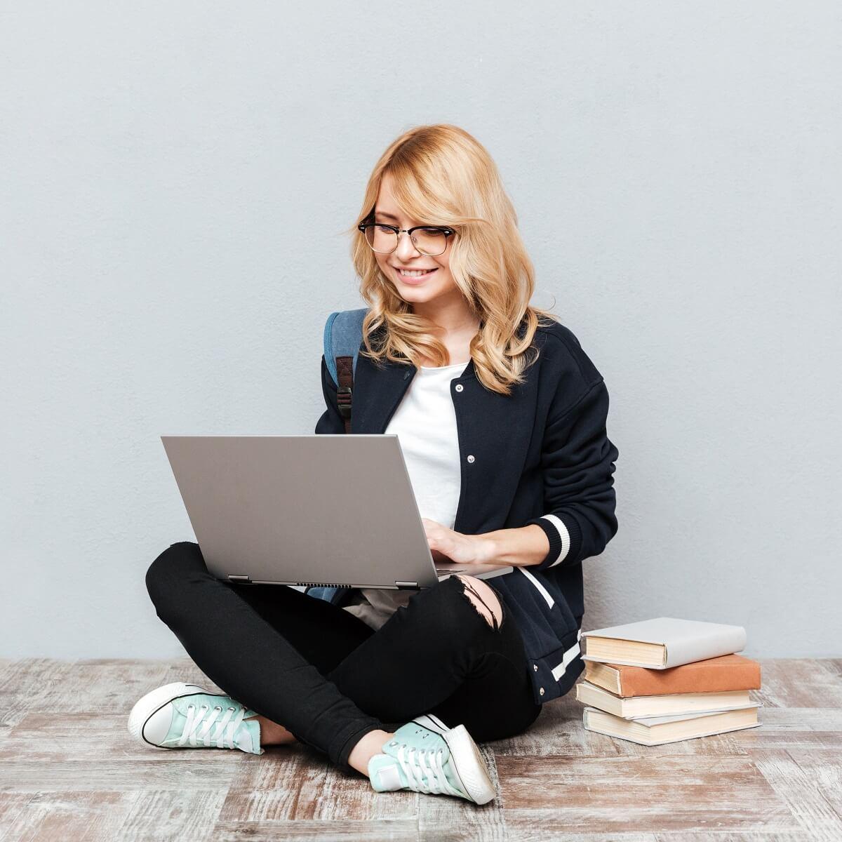 地べたに座って、ブログを勉強している様子。