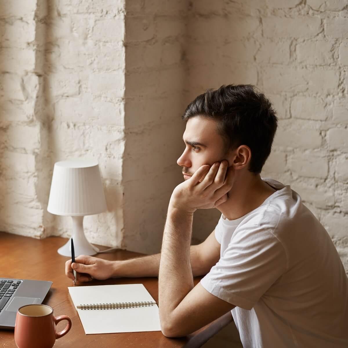 男性が記事を執筆している様子。