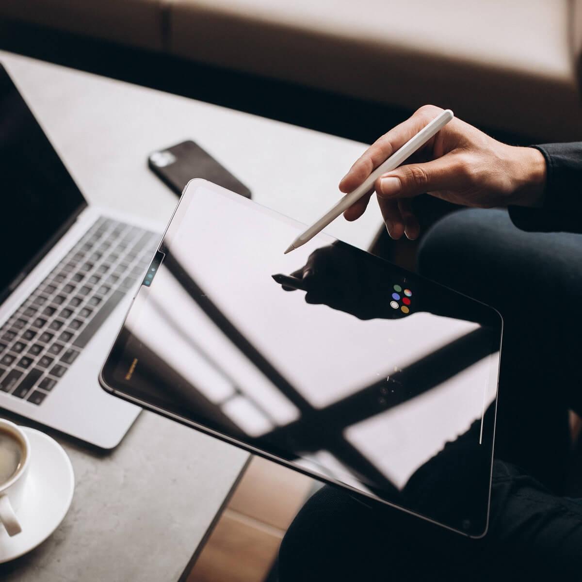 ノートパソコンとタブレットの写真。