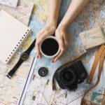 地図と羅針盤とカメラと時計とノートとコーヒー。
