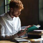 熱中して読書をする男性。