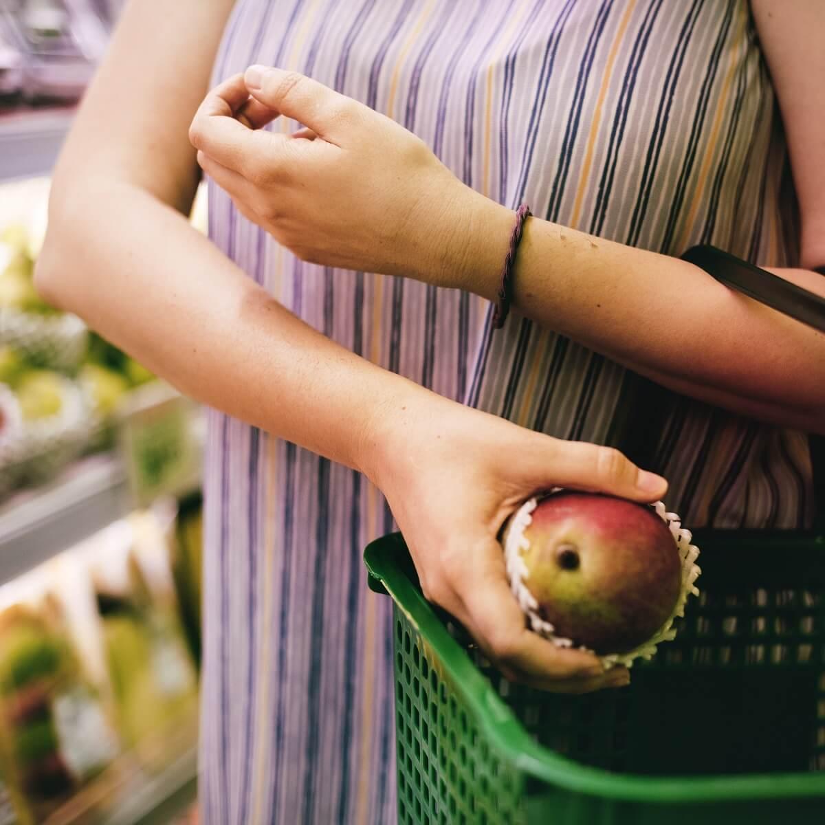 スーパーマーケットでりんごを入れている様子。