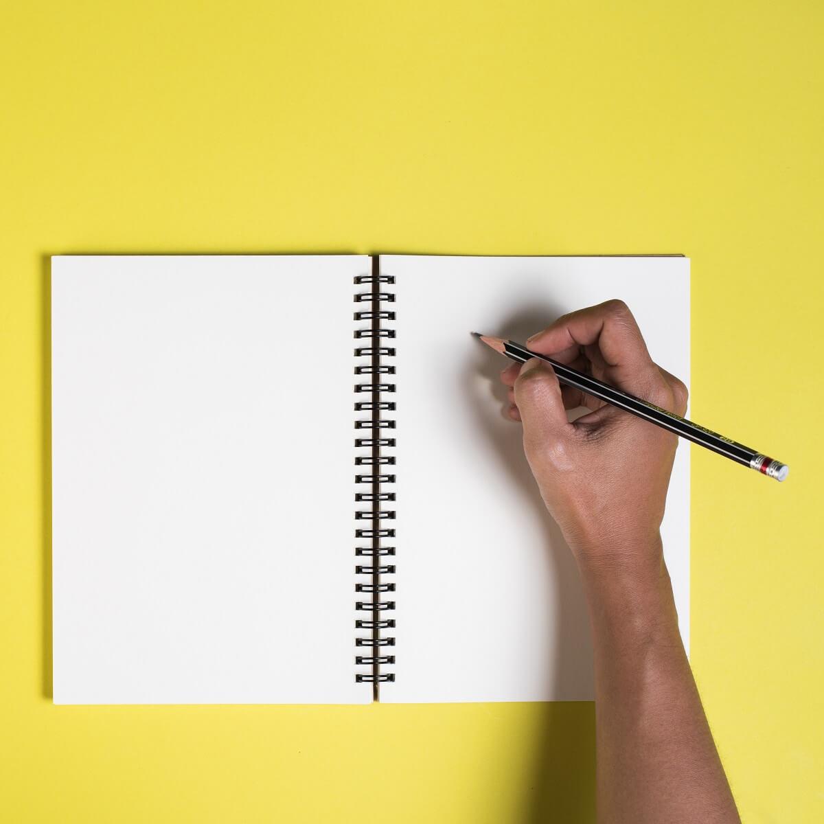ノートに日記をつけている様子。